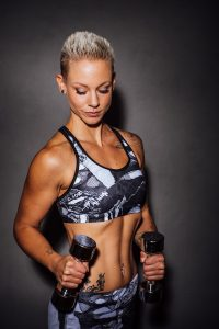 Julie Trainiert mit Gewichten
