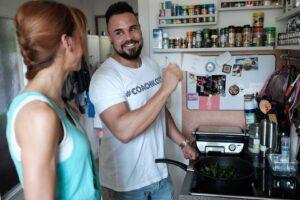 Chantal und Andreas Kotte in der Küche